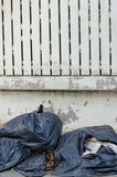 Черный пластичный фронт сумок отброса дома загородки Стоковое фото RF