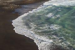 Черный пляж, вода бирюзы Стоковое фото RF