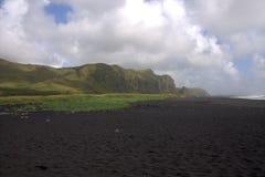 Черный пляж песка базальта в Vik в Исландии Стоковое фото RF