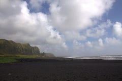 Черный пляж Reynisfjara песка базальта в Vik в Исландии Стоковые Фотографии RF