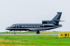 Черный самолет на стороне двигателя дела авиапорта Стоковые Фото