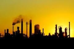 Черный силуэт большого рафинадного завода сырой нефти Стоковые Фотографии RF
