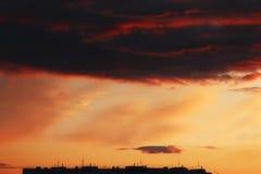 Черный силуэт крыши жилого дома и красивого yel Стоковые Фотографии RF