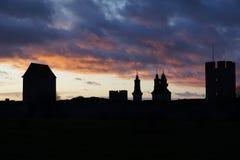Черный силуэт старых стен города на сумраке Стоковое Фото