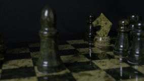 Черный слон в шахмат наносит поражение белой лошади Деталь шахматной фигуры на черной предпосылке Игра шахмат крупного плана eyed Стоковая Фотография RF
