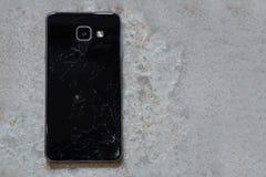 Черный смартфон со сломленным экраном стоковое изображение rf