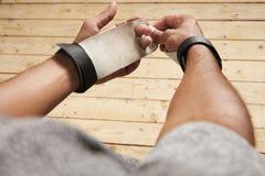 Черный спортсмен кладя на предохранение от руки гимнастики Стоковые Изображения