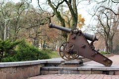 Черный старый карамболь на холме Воинское оружие Старый карамболь на предпосылке города Защищать город Война Защита оружие стоковые фото