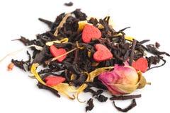 Черный сухой чай с плодоовощами и лепестками стоковая фотография