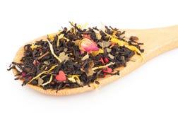 Черный сухой чай с плодоовощами и лепестками Стоковое Фото