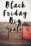 Черный текст продажи пятницы большой знак скидки предложения продажи на бумажном ба Стоковые Изображения