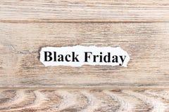 Черный текст пятницы на бумаге Слово черная пятница на сорванной бумаге текст остальных изображения figurine принципиальной схемы Стоковая Фотография RF