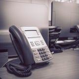 Черный телефон на работе таблицы Стоковые Фотографии RF