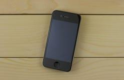 Черный телефон с красивым дизайном на деревянной предпосылке Стоковое Изображение RF