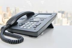 Черный телефон IP на белой таблице Стоковые Изображения