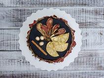 Черный торт велюра с вылеченными грушами, апельсинами, гайками и циннамоном Стоковые Фотографии RF