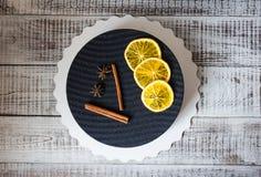 Черный торт велюра шоколада с высушенными апельсинами и циннамоном Стоковые Фотографии RF