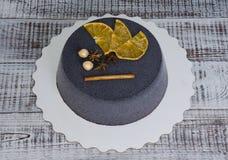 Черный торт велюра шоколада с высушенными апельсинами и циннамоном Стоковое Изображение