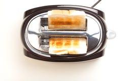 Черный тостер, 2 провозглашать куски хлеба Стоковые Изображения RF