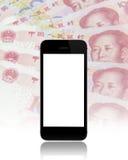 Черный умный телефон на предпосылке юаней фарфора 100 Стоковые Изображения