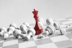 Черный ферзь шахмат бьет белизны на доске стоковое фото rf