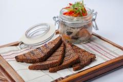 Черный хлеб и сельди в стеклянном gar Стоковое фото RF