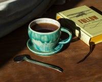 Черный чай в винтажной чашке бирюзы на грубом деревянном столе grunge Концепция для образа жизни eco Здоровая тема еды Тетрадь с стоковое фото