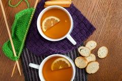 Черный чай лимона на связанных салфетках Стоковое Изображение RF