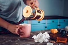 Черный чай лить в розовой чашке от оранжевого чайника стоковые изображения rf