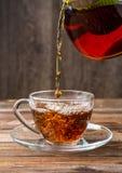 Черный чай политый от чайника Стоковое Изображение RF
