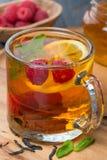 черный чай с лимоном, мятой, поленикой и циннамоном, концом-вверх Стоковое фото RF