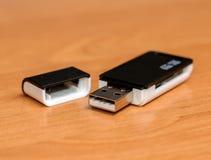 Черный читатель карточки поддерживает SD с USB на деревянном столе Стоковые Фотографии RF