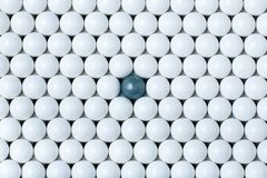 Черный шарик среди много белых одних Предпосылка шариков airsoft Стоковое фото RF