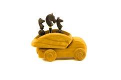 Черный шахмат и деревянная принципиальная схема игрушки автомобиля Стоковая Фотография