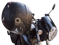 Черный шлем мотоцикла анфас на классическом баре велосипеда изолированном на белизне стоковая фотография rf