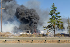 Черный дым от горящих автошин Стоковое Изображение