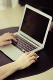 Черный экран на компьтер-книжке, руках печатая, винтажных цветах людей Стоковое Изображение