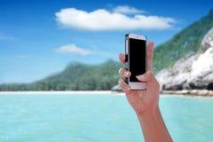Черный экран показывая на smartphone с тропической задней частью острова Стоковые Изображения RF