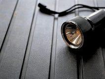 Черный электрофонарь на изрезанной предпосылке стоковая фотография
