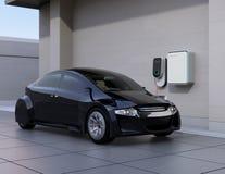 Черный электрический автомобиль поручая дома зарядную станцию бесплатная иллюстрация