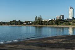 Черный южный берег пляжа Tapapuna в Окленде Стоковые Фотографии RF