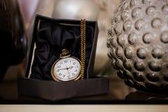 Черный ящик с золотым карманным вахтой Стоковые Изображения