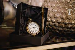 Черный ящик с золотым карманным вахтой Стоковые Фото
