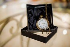 Черный ящик с золотым карманным вахтой Стоковое Фото