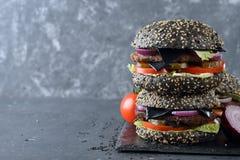 Черный cheeseburger стоковая фотография rf