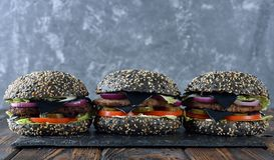 Черный cheeseburger стоковое фото