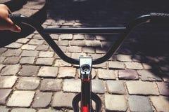 Черный handlebar велосипеда BMX в летнем дне Стоковая Фотография