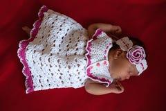 Черный newborn спать младенца Стоковые Фото