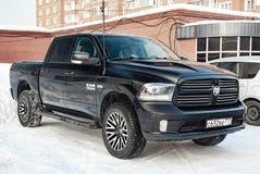 Черный Ram доджа с двигателем 5 7 литров вида спереди на автостоянке с предпосылкой снега стоковые фото