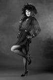 черным женщина фасонируемая платьем старая белая стоковое фото rf